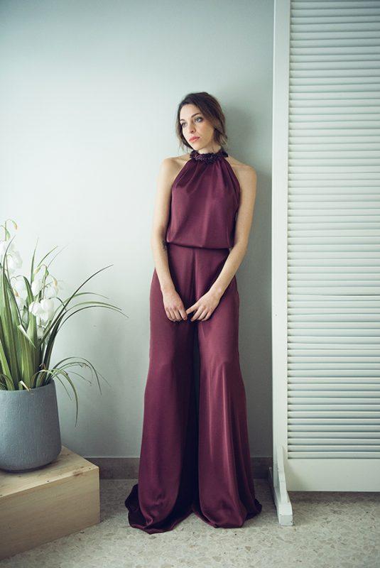 Una tuta elegante color magenta