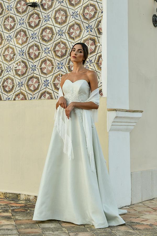 Un modello di abito da sposa scivolato