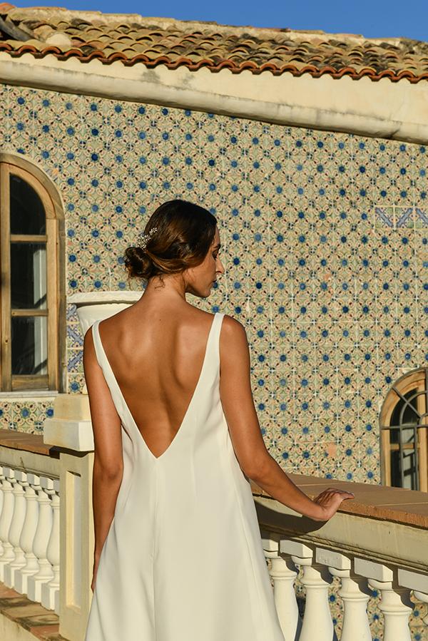 Un elegante abito da sposa a tubino, con una scollatura sulla schiena