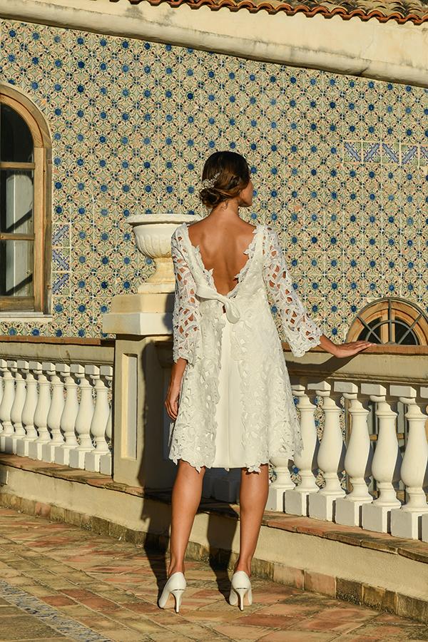 In questa foto un abito da sposa corto, con scollatura sulla schiena, ideale per un rito civile