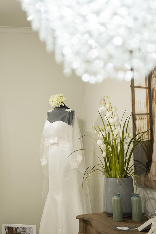 Un abito da sposa nello showroom di via Mariano Stabile