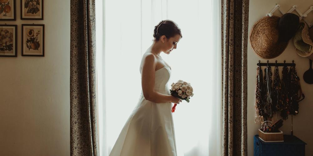 In questa foto una real bride che indossa un abito sartoriale di Benedetta Laboratorio Moda