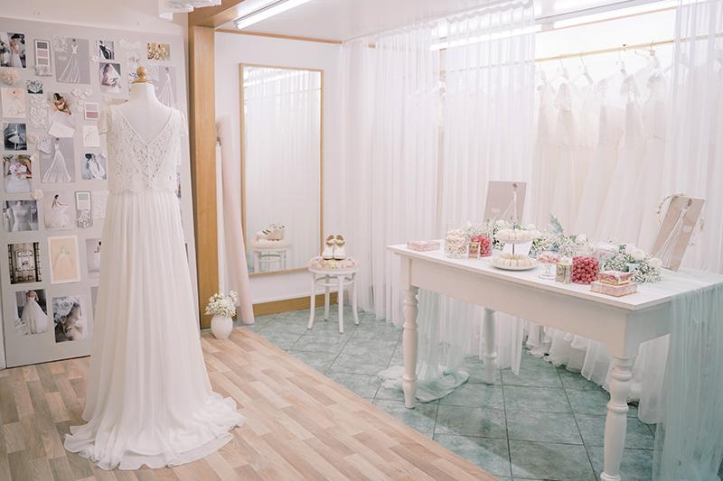 In questa foto l'interno dell'atelier Couture Hayez a Milano, dove c'è un manichino con un abito da sposa