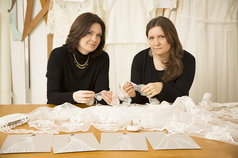In questa foto, da sinistra a destra, Christine Pizzuto e Loriana Conte: sono le stiliste dell'Atelier Couture Hayez