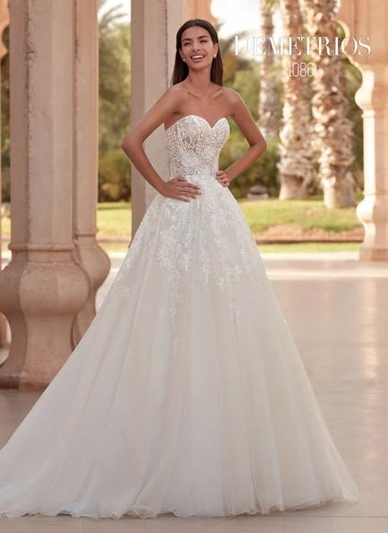 In questa foto una modella indossa un abito da sposa con scollo a cuore di Demetrios Bridal