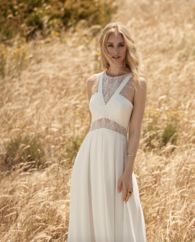 In questa foto una modella indossa un abito da sposa con scollatura alla greca di Rembo Styling