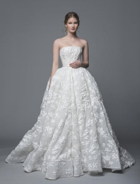 In questa foto una modella indossa un abito da sposa broccato di Antonio Riva