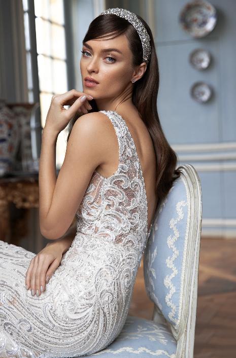 In questa foto una modella indossa un abito da sposa impreziosito da Swarovski e punti luce di Pollardi