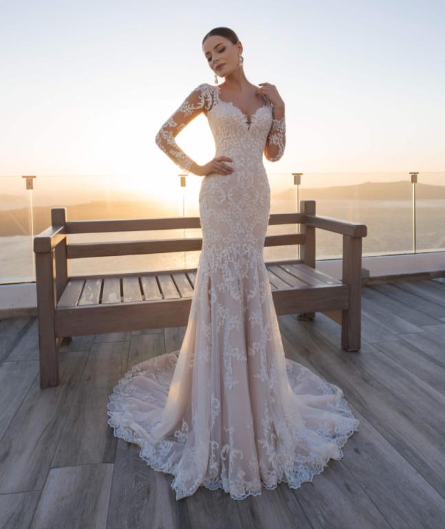 In questa foto una modella indossa un abito da sposa sexy di Blunny