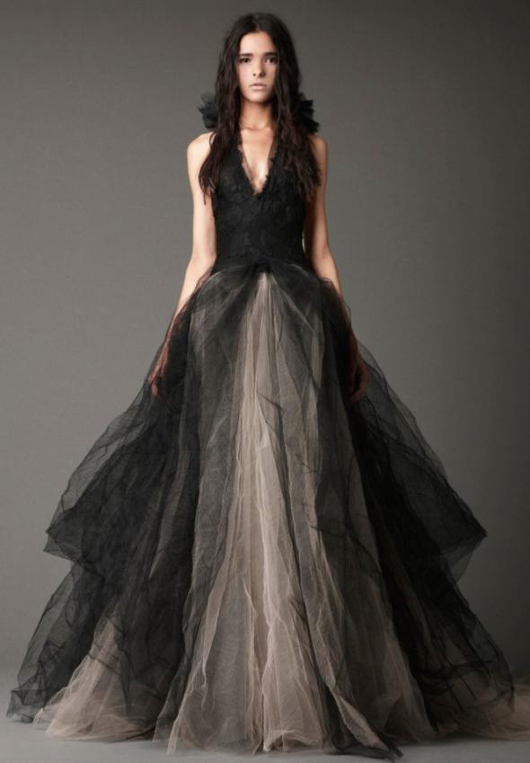 In questa foto una modella indossa l'iconico abito da sposa nero di Vera Wang