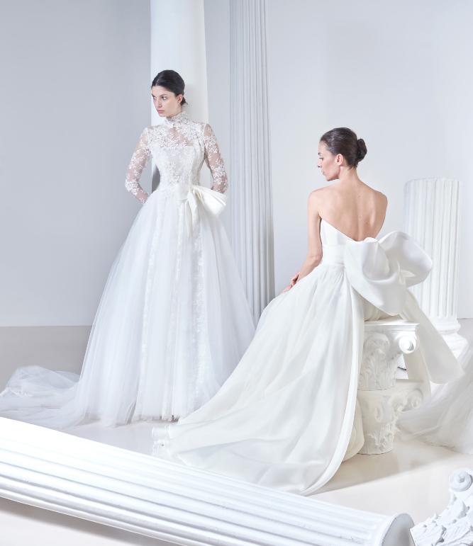 In questa foto due modelle indossano abiti da sposa Antonio Riva 2021