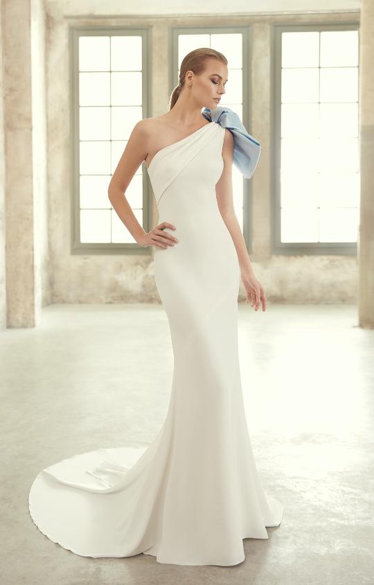 In questa foto una modella indossa un abito da sposa monospalla della collezione Studio San Patrick 2021