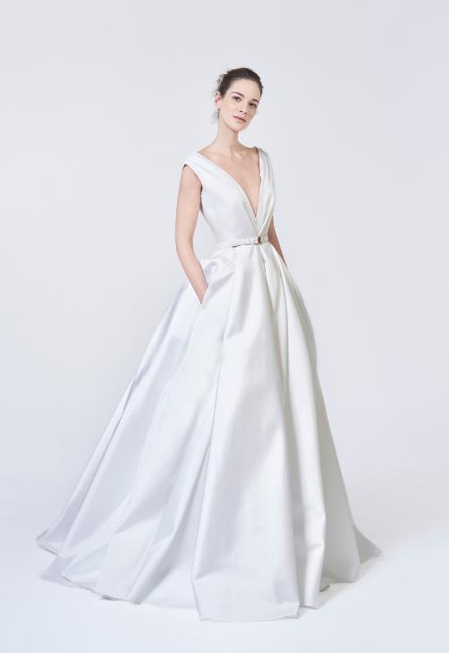 In questa foto una modella indossa un abito da sposa con scollo a V Antonio Riva 2021