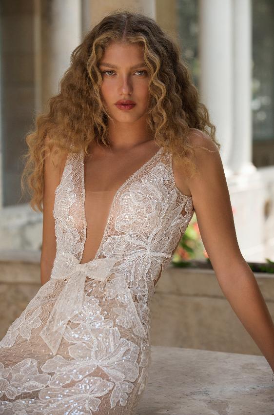 In questa foto una modella indossa un abito da sposa con scollatura a V di Berta 2021
