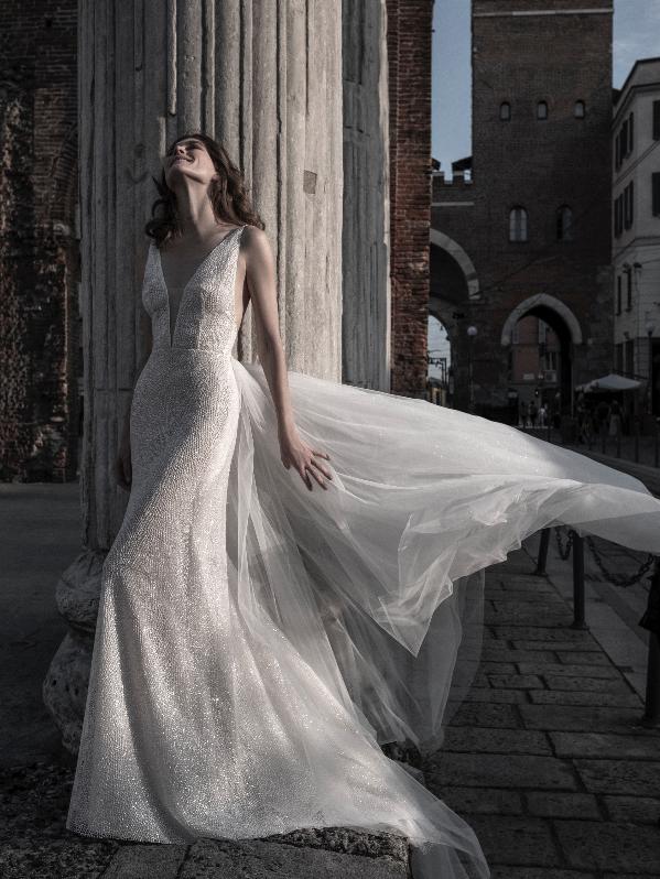 In questa foto una modella indossa un abito da sposa con scollo a V de Le Fate Milano 2021