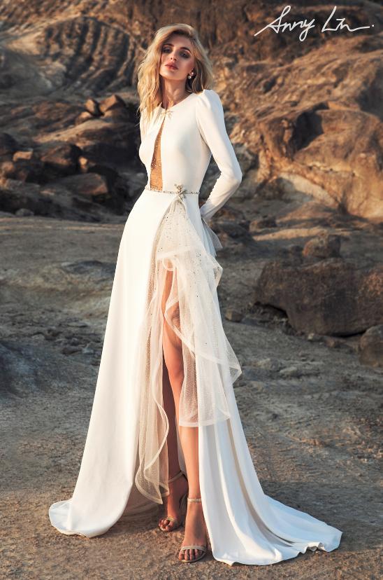 In questa foto una modella indossa un abito da sposa con spacco di Anny Lin Bridal, che segue le tendenze sposa 2021