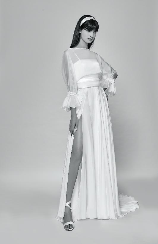 In questa foto una modella con un abito da sposa con spacco di Bellantuono 2021