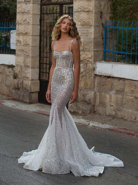 In questa foto una modella indossa un abito da sposa con Swarovski della collezione Berta 2021