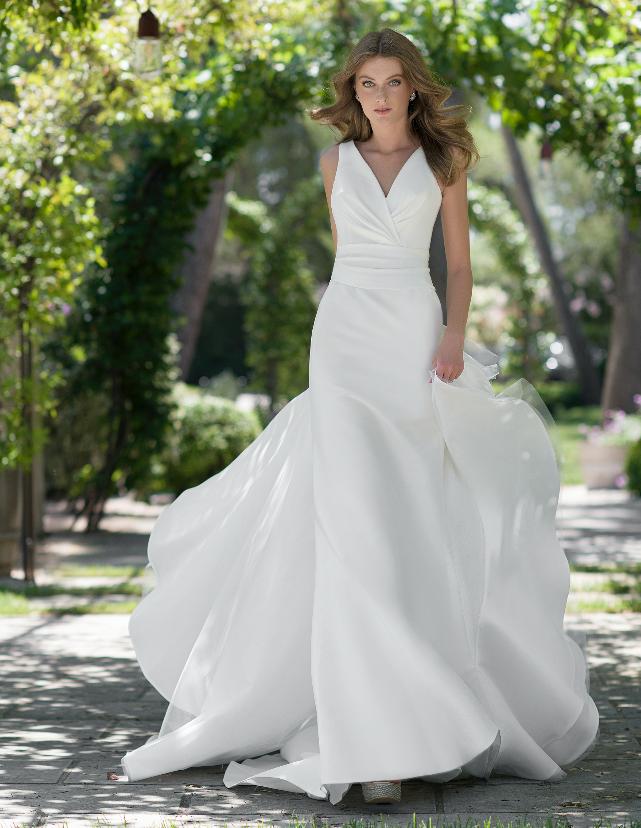 In questa foto una modella con un abito bianco dalla linea scivolata della collezione sposa Nadia Orlando 2021
