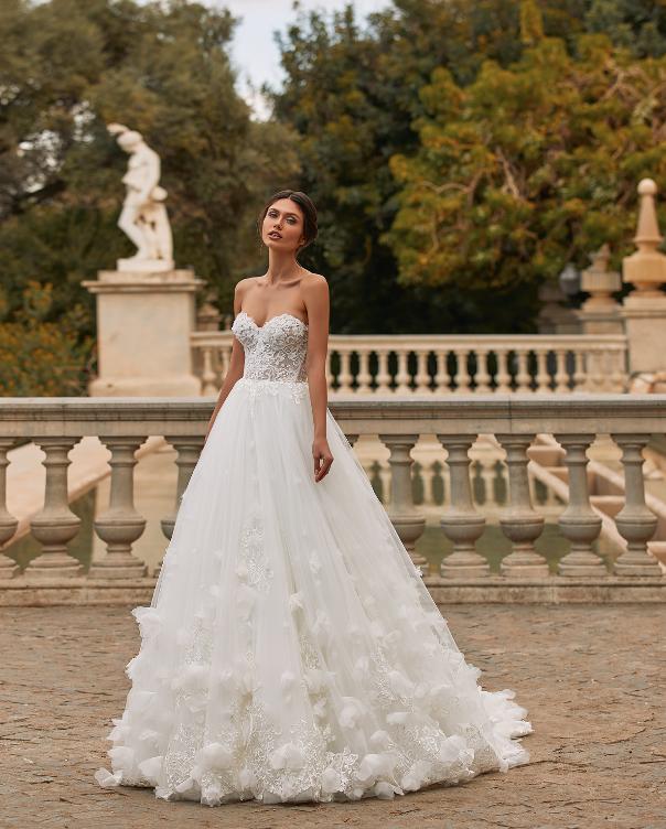 In questa foto un abito da sposa Pronovias 2021 con corpetto