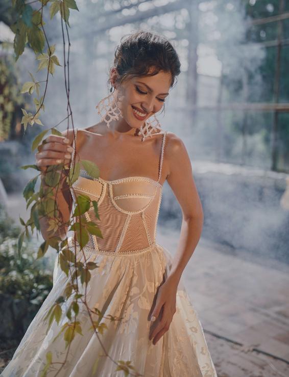 In questa foto un vestito con bustier di Rara Avis, tra le tendenze sposa 2021