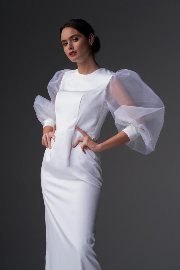 In questa una modella indossa un abito da sposa Chiara Vitale 2021 con maniche balloon