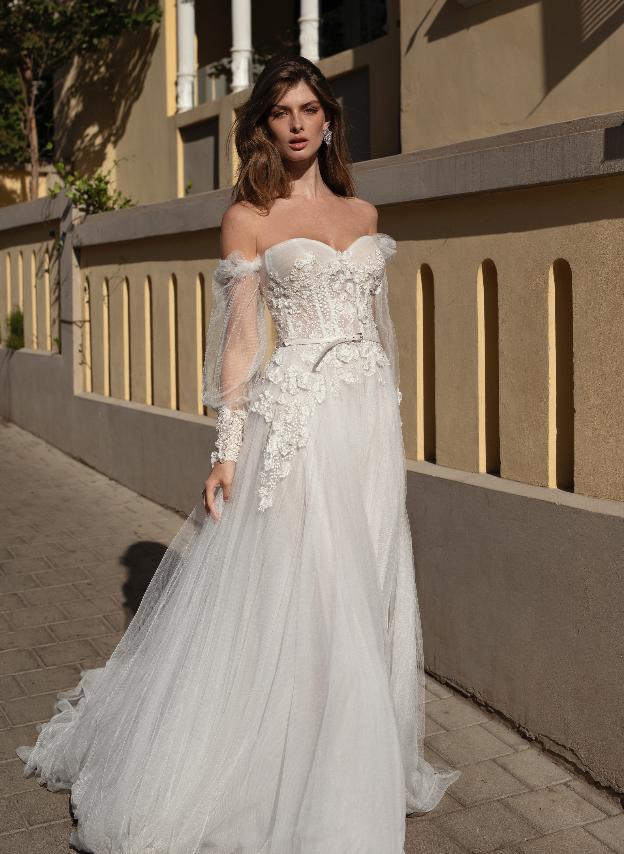 In questa foto una modella indossa un abito da sposa Michela Ferriero 2021 che ingloba molte delle tendenze sposa 2021
