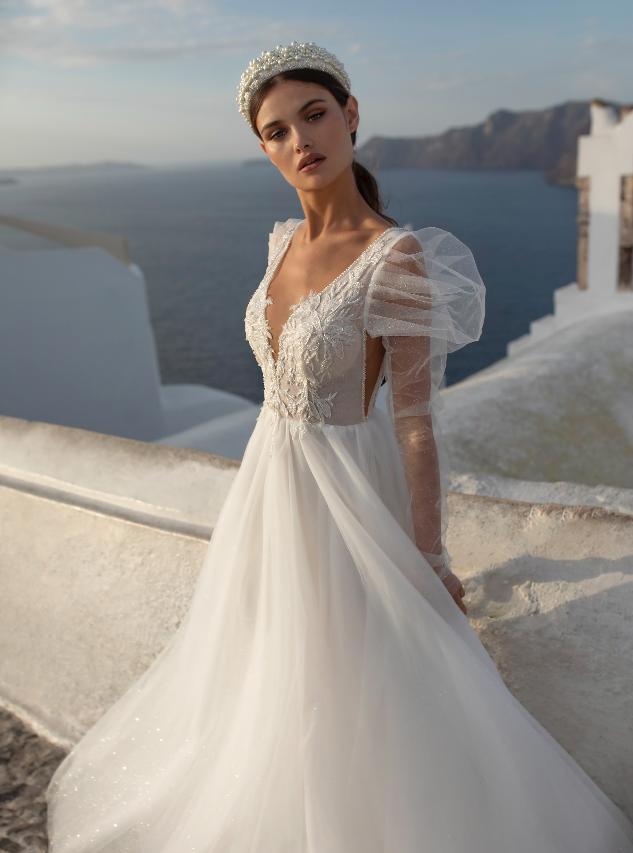 In questa foto una modella indossa un abito con maniche a palloncino, tra le tendenze sposa 2021
