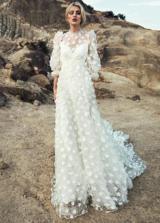 In questa foto una modella con abito da sposa in pizzo floreale 3D firmato Anny Lin Bridal 2021