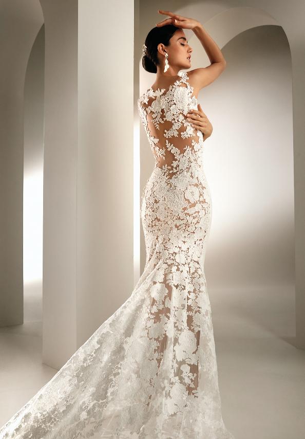 In questa foto una modella con un abito da sposa interamente in pizzo floreale della collezione Atelier Pronovias 2021