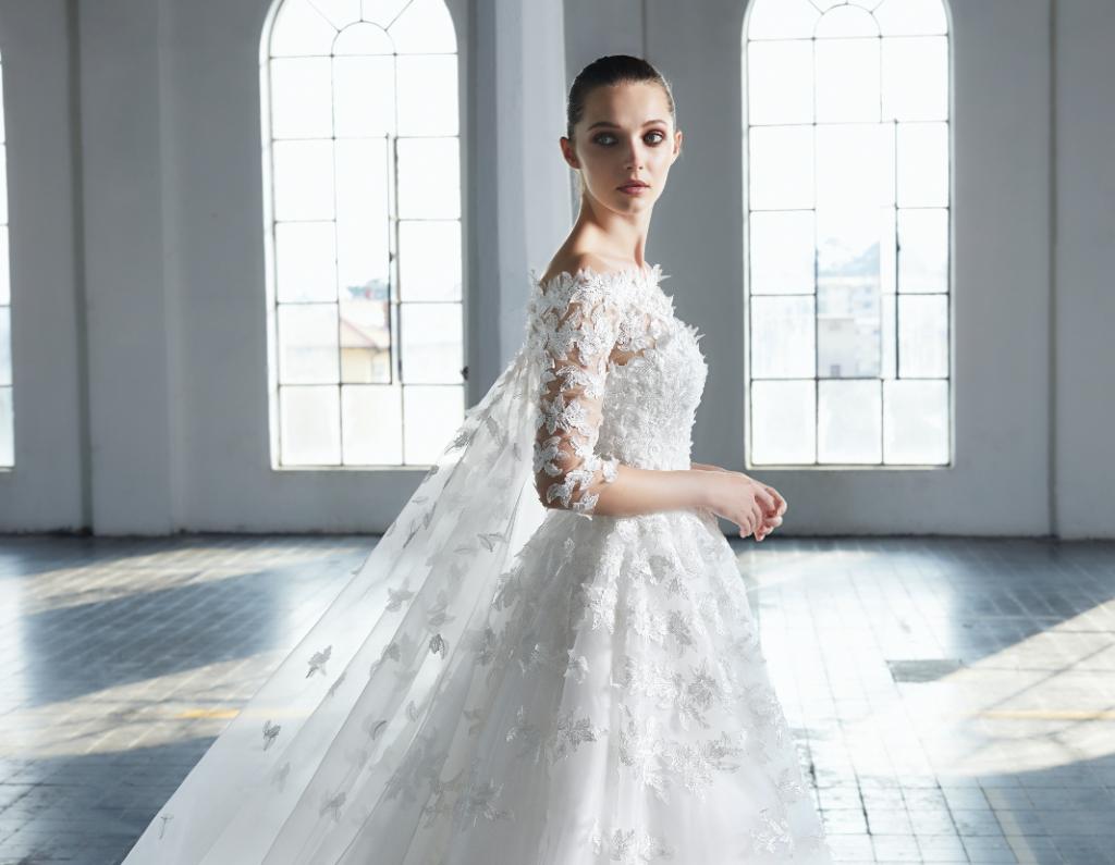 In questa foto una modella indossa un abito da sposa in pizzo 3D di Peter Langner 2021