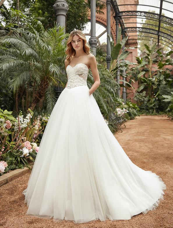 In questa foto una modella indossa un abito da sposa ampio della collezione Studio San Patrick 2021