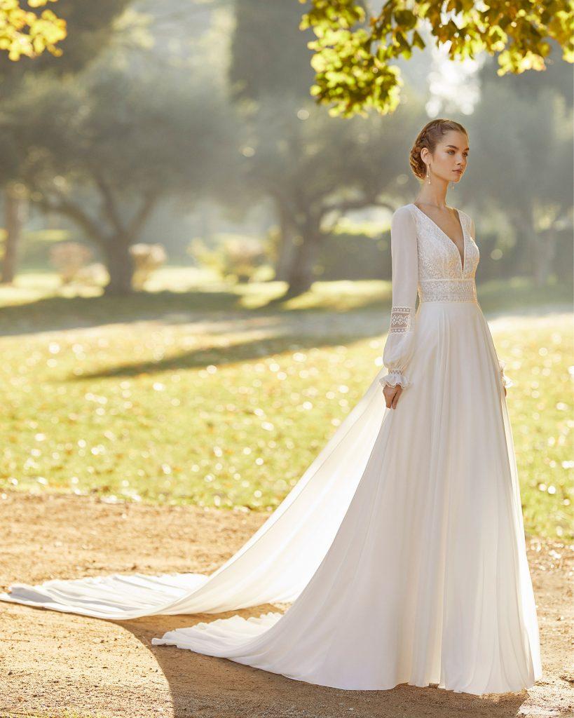 In questa foto una modella indossa un abito da sposa vintage perfetto per un matrimonio in autunno