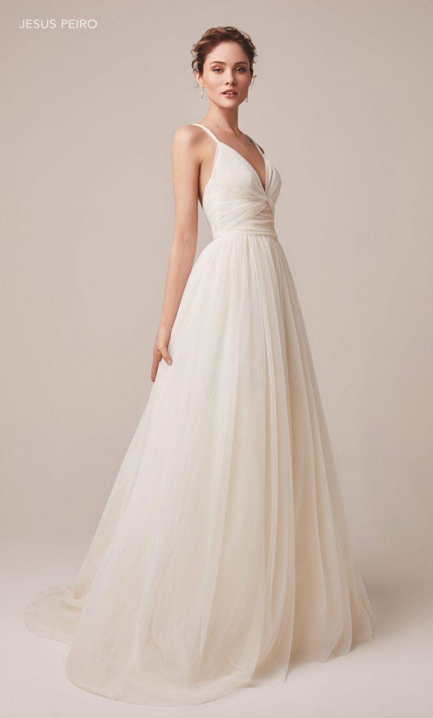 In questa foto una modella indossa un abito da sposa avorio di Jesus Peiro