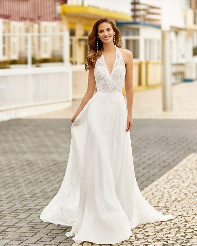 In questa foto una modella indossa un abito da sposa in chiffon di Rosa Clarà