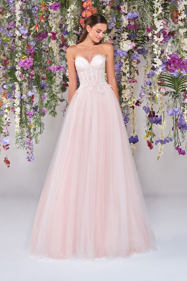 In questa foto una modella indossa un abito da sposa rosa di Atelier Emé