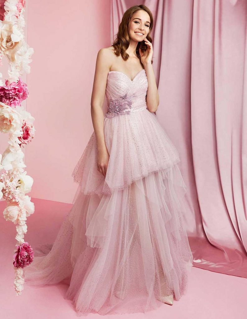 In questa foto una modella indossa un abito da sposa lilla di Carlo Pignatelli