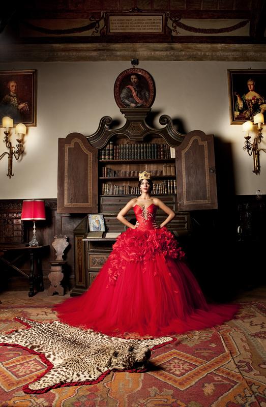 In questa foto una modella indossa un abito da sposa rosso di Emiliano Bengasi