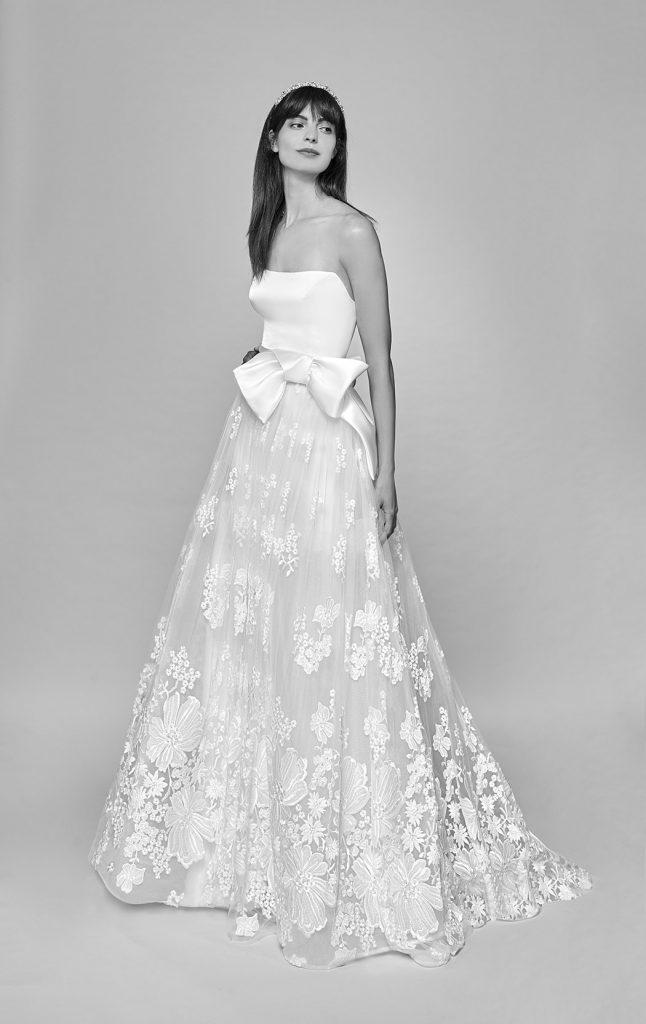 In questa foto una modella indossa un abito da sposa con scollo dritto della collezione Bellantuono Bridal