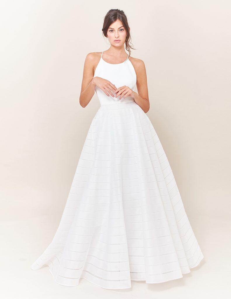 In questa foto una modella indossa un abito da sposa con scollatura gioiello di Tosca Spose