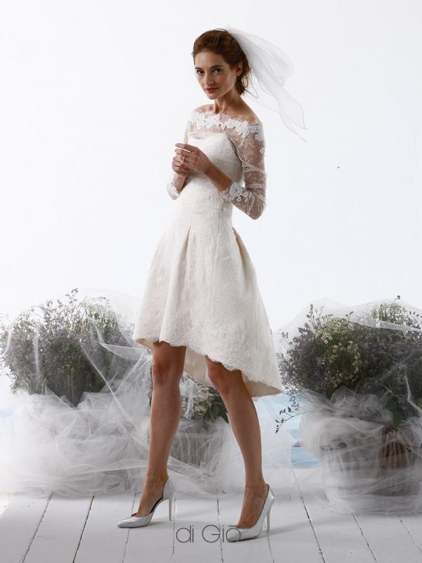 In questa foto una modella indossa un abito da sposa corto davanti e leggermente più lungo dietro di Le Spose di Giò