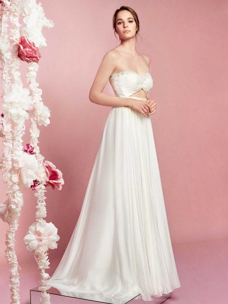 In questa foto una modella indossa un abito da sposa crop top di Carlo Pignatelli