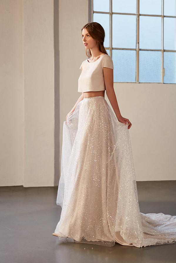 In questa foto una modella indossa un abito da sposa due pezzi de Le Fate Milano