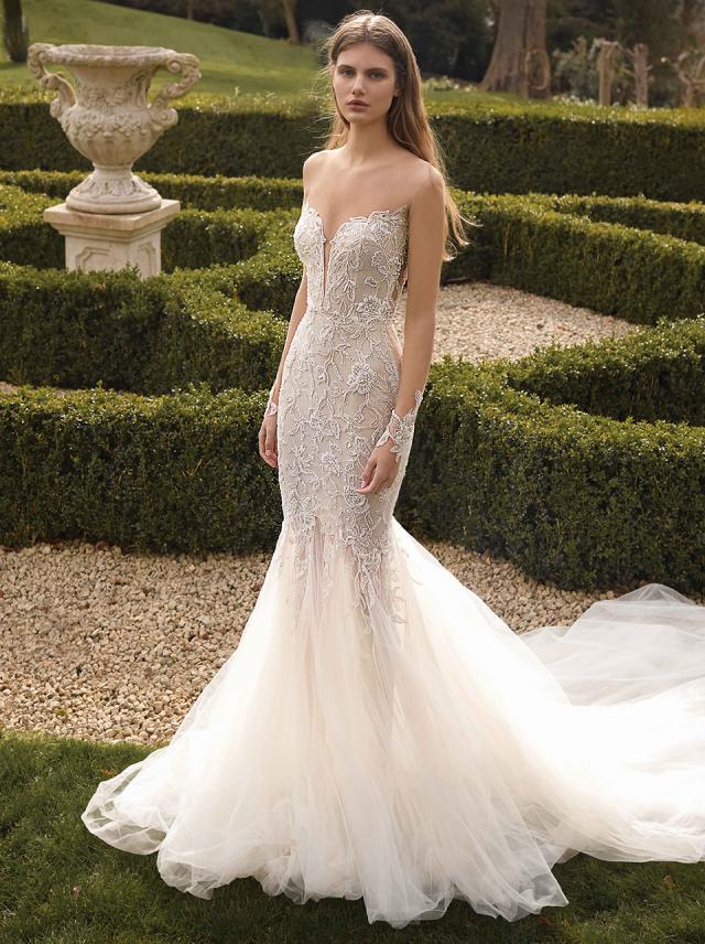 In questa foto una modella indossa un abito da sposa a sirena, perfetto per le donne dalla forma fisica a clessidra