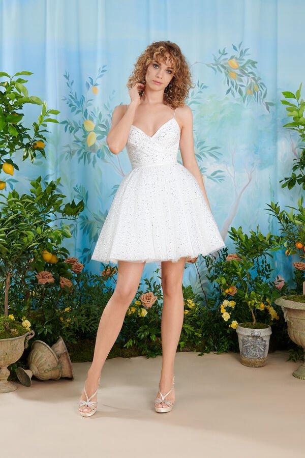 In questa foto una modella indossa un abito da sposa corto perfetto per le donne con un fisico a fragola o triangolo invertito