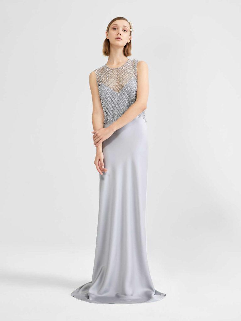 In questa foto una modella indossa un abito da sposa grigio perla di Max Mara Bridal
