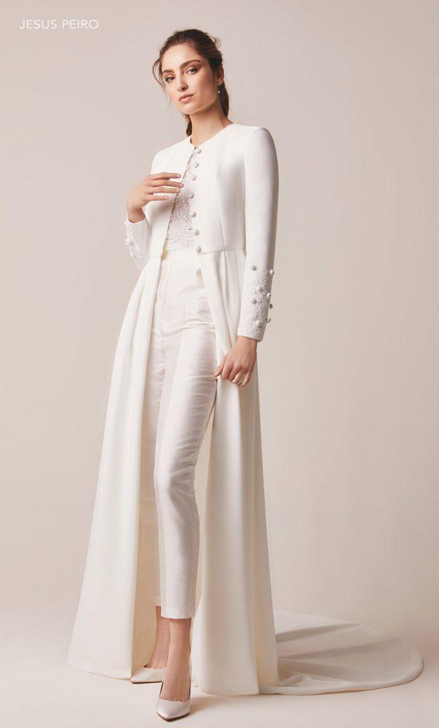 In questa foto una modella indossa un abito da sposa invernale con pantaloni