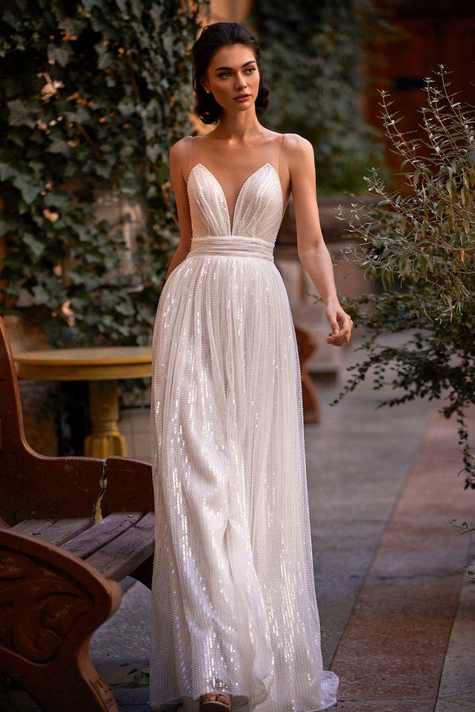 In questa foto una modella indossa un abito da sposa trasformabile di Daria Karlozi perfetto per nozze civili
