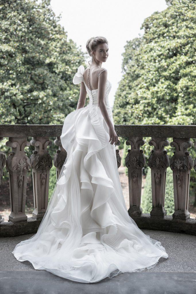 In questa foto una modella indossa un abito da sposa strutturato di Enzo Miccio Bridal perfetto per un matrimonio in un palazzo storico