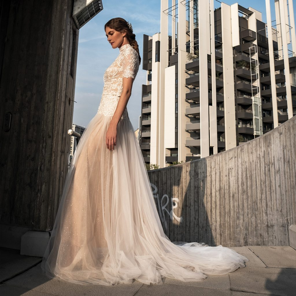 In questa foto una modella indossa un abito da sposa romantico de Le Fate Milano per una matrimonio in città